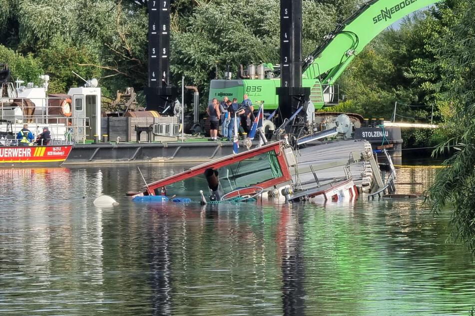 Weser weiter gesperrt: Spezialisten bergen gesunkenes Binnenschiff