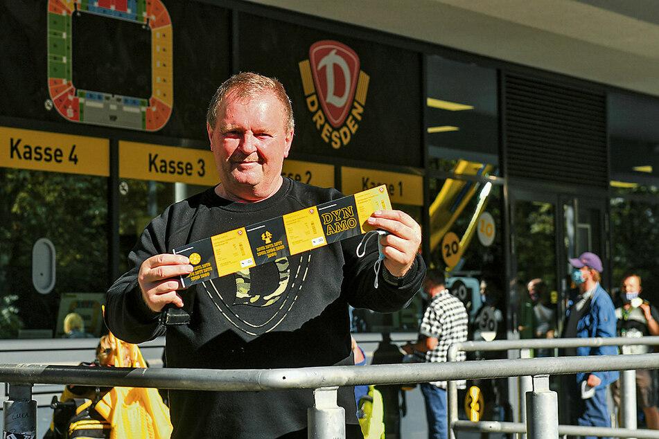 Da sind sie! Frank Wagenknecht zeigt stolz seine drei Karten fürs Pokalspiel gegen den HSV.