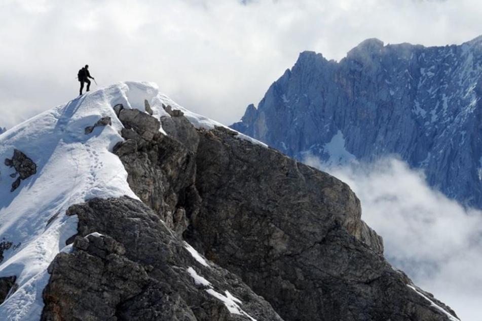 In einer Höhe von 2200 Metern verlor er den Halt und stürzte über eine Schneeflanke etwa 200 Meter ab. (Symbolbild)