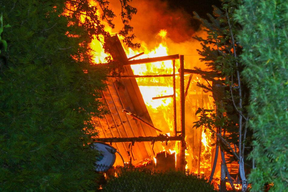 Die Hütte stand bei Eintreffen der Feuerwehr in Vollbrand.