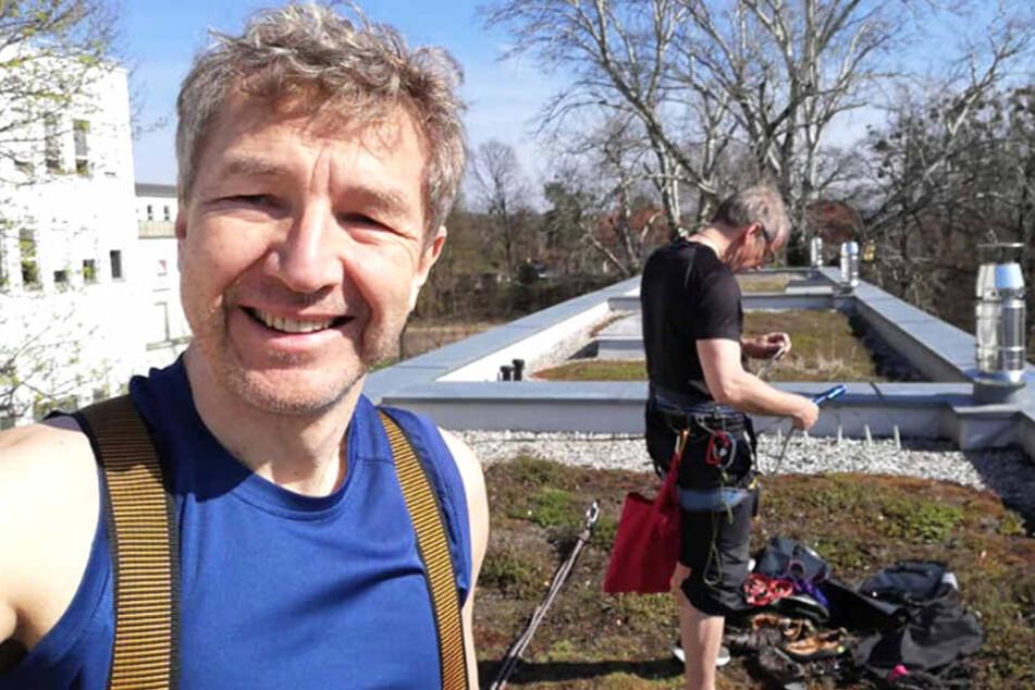 Auf dem Hausdach rüsten sich Ron Ringguth (ll) und Thorsten Kutschke zum Angriff auf das Loch.
