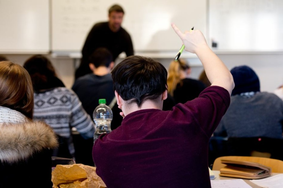 Ein Schüler der 13. Klasse meldet sich während des Mathe-Unterrichts an der Louis-Leitz-Schule, einem Wirtschaftsgymnasium in Stuttgart. (Archivbild)