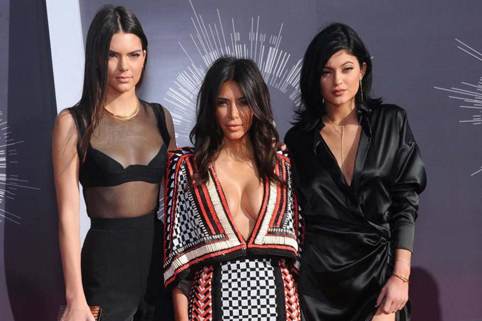 """Kim Kardashian (Mitte) spielt neben ihren Schwestern Kendall (l.) und Kylie Jenner im neuen """"Ocean's Eight""""."""