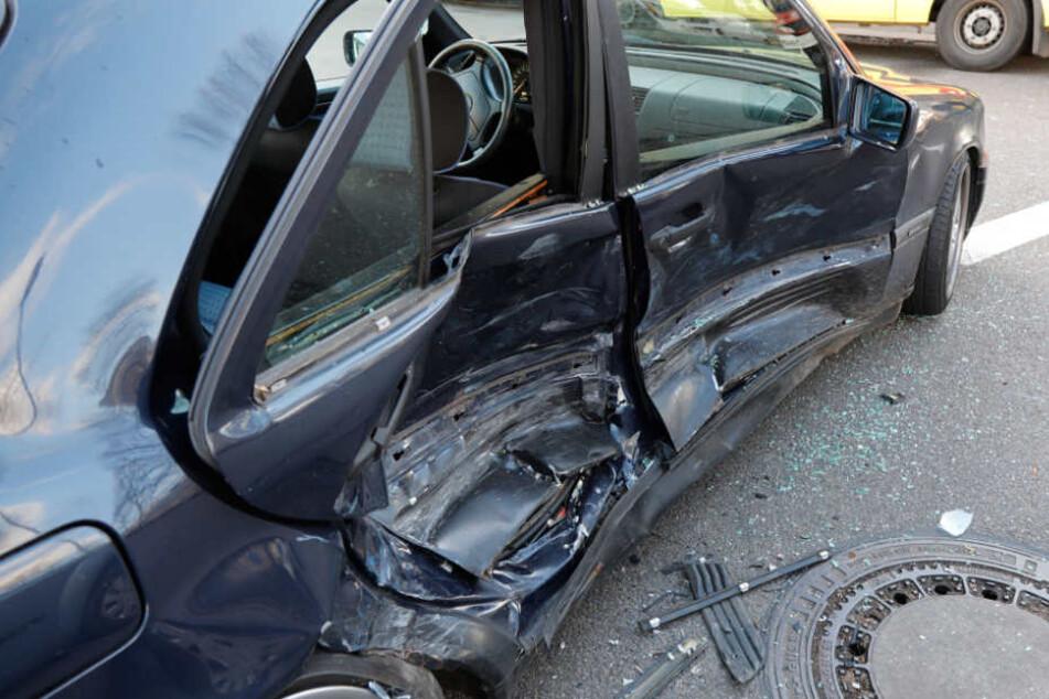 Der Mercedes wurde auf der Beifahrerseite vollkommen demoliert.