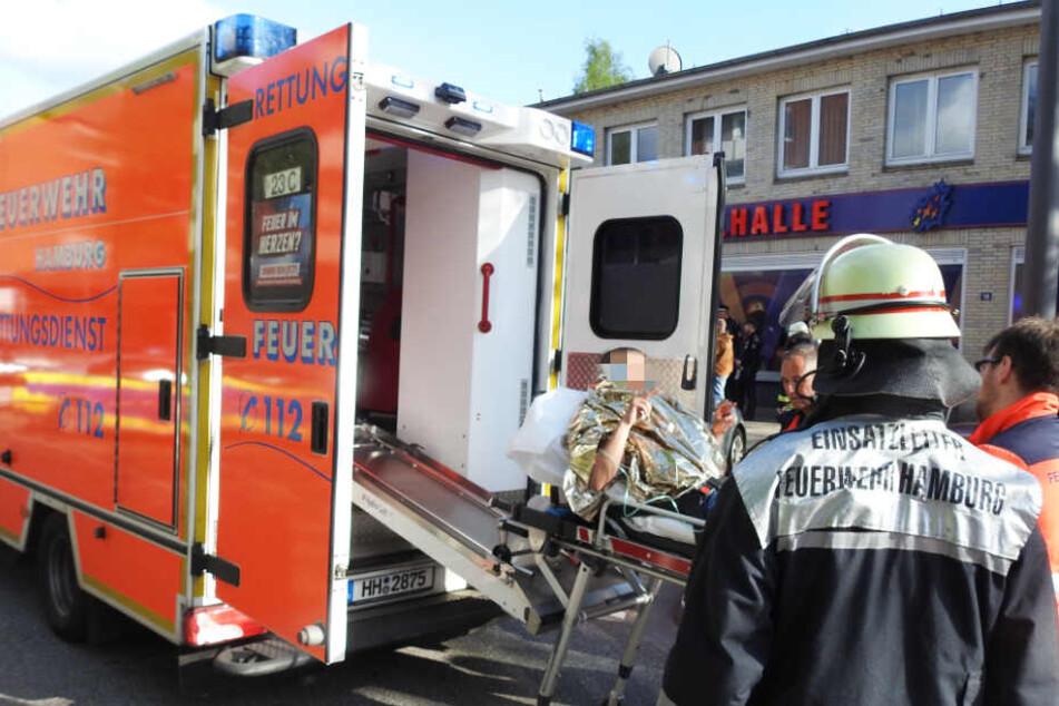 Ein Angeschossener wird in den Rettungswagen und dann in eine Klinik gebracht.