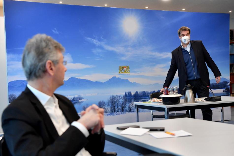 Michael Piazolo (l, 61, Freie Wähler), Staatsminister für Unterricht und Kultus, und Markus Söder (54, CSU), Ministerpräsident von Bayern, bei einem Gespräch der Staatsregierung mit Vertretern der Schulfamilie.