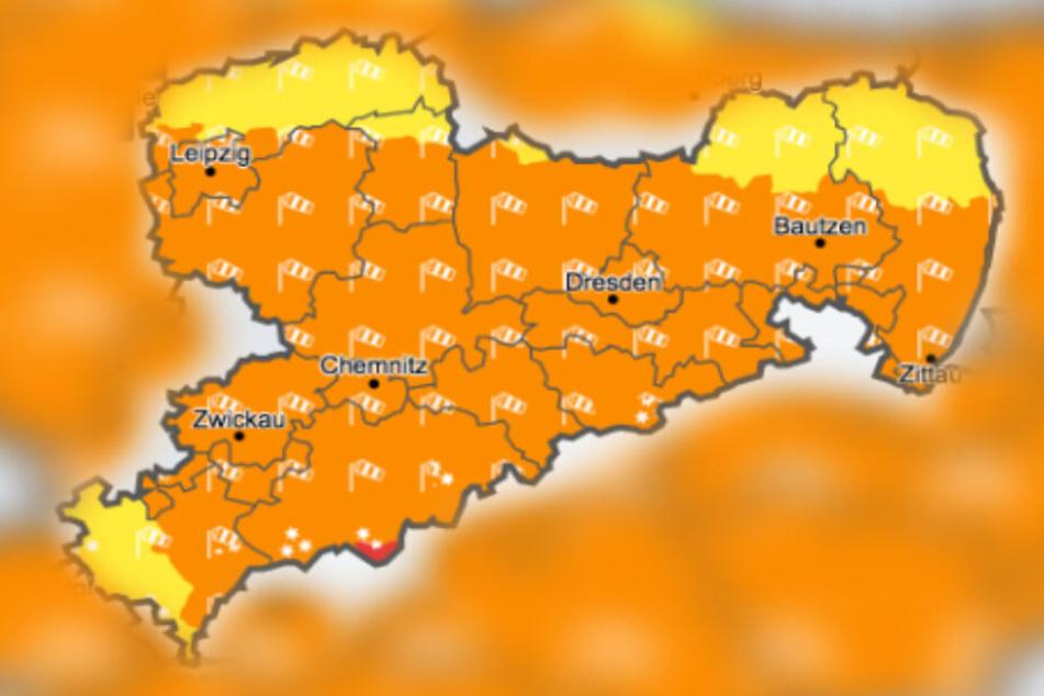 Für weite Teile Sachsens liegt eine Sturmwarnung vor.