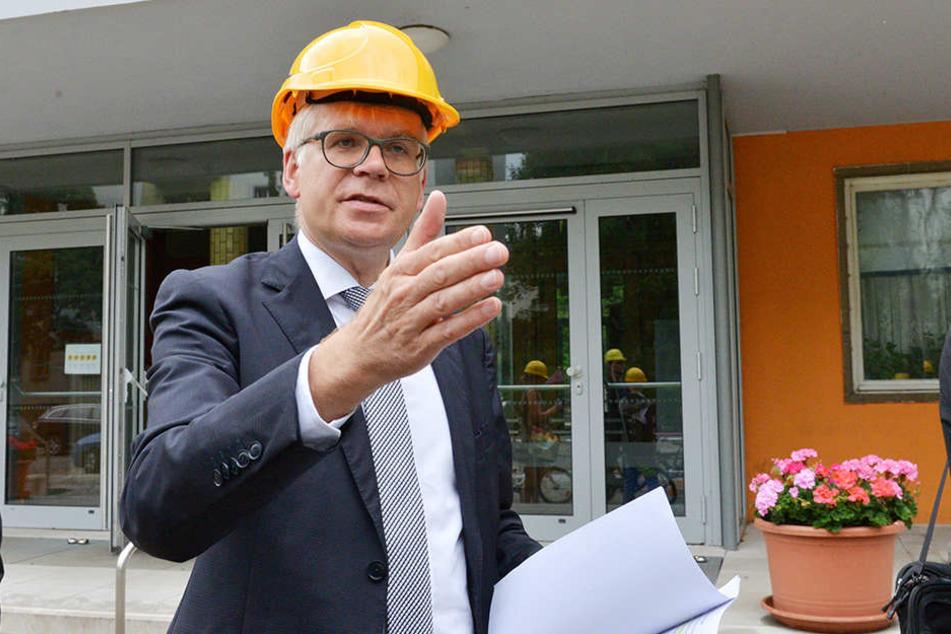 Seht her! Baubürgermeister Hartmut Vorjohann hat derzeit mehrere Schulprojekte auf dem Schirm.