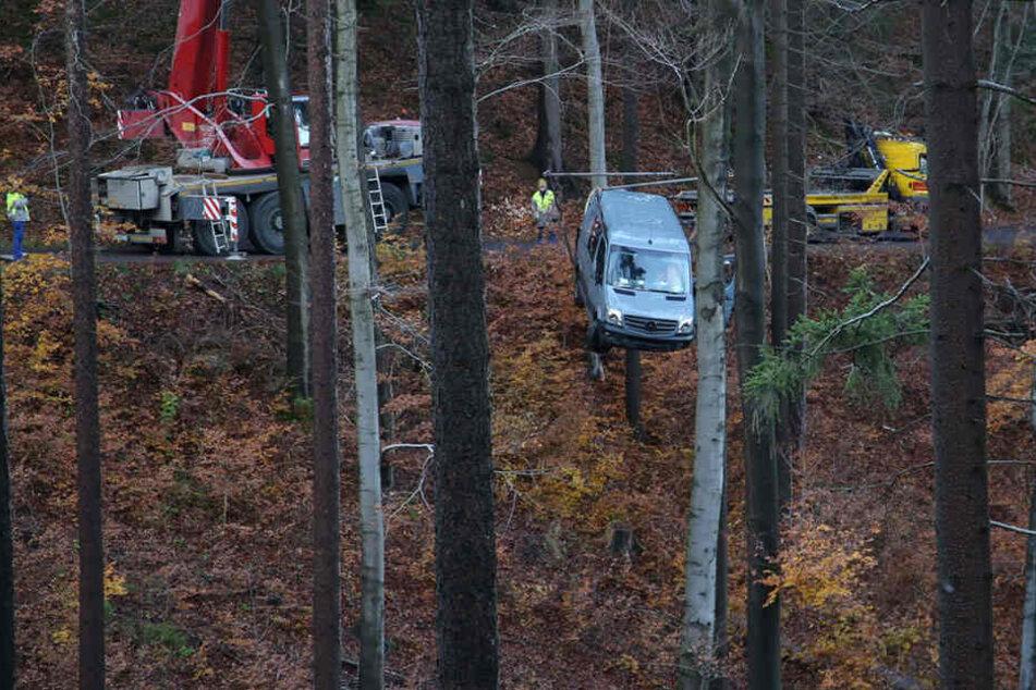 Schwierige Bergung: Mercedes kommt von Straße ab und rollt Hang runter