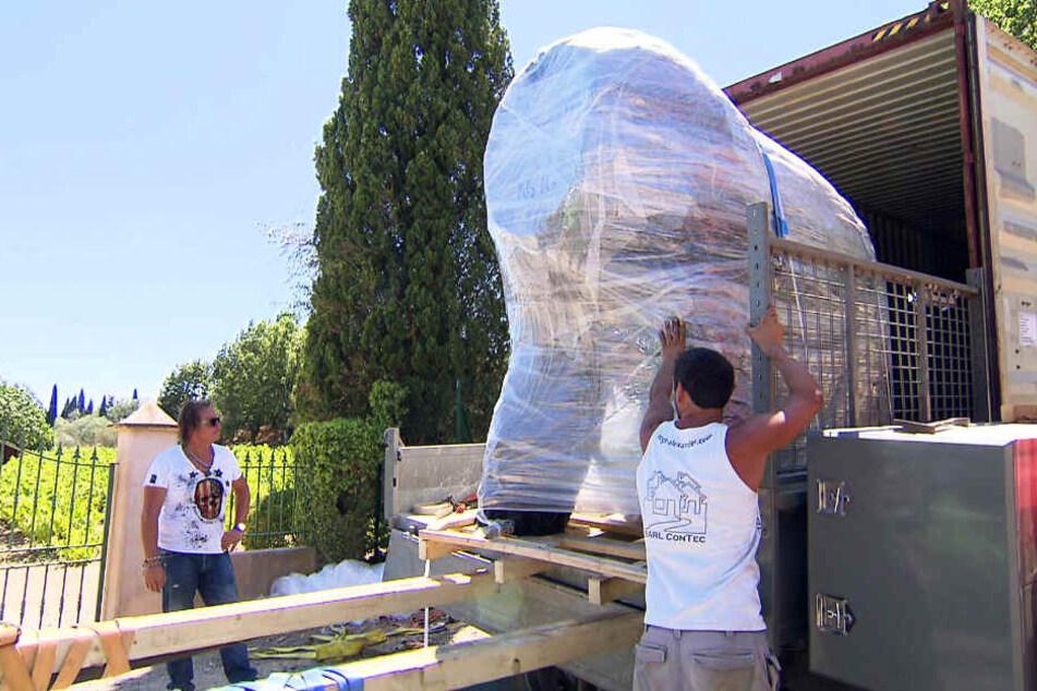 """Jede Menge riesige Kisten treffen aus Thailand für """"Die Geissens"""" ein."""