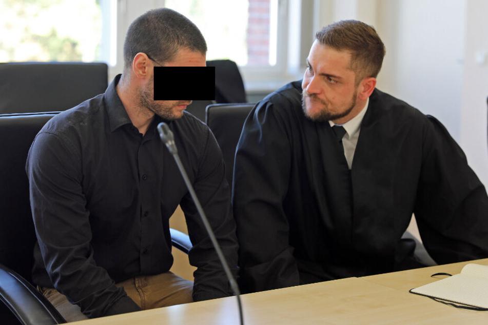 Der 28-jährige Angeklagte (links) spricht mit seinem Anwalt.