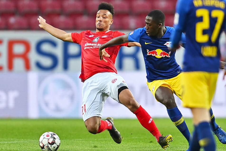M05-Torschütze zum 1:2, Karim Onisiwo (l.) kämpft mit Leipzigs Ibrahima Konate um den Ball.