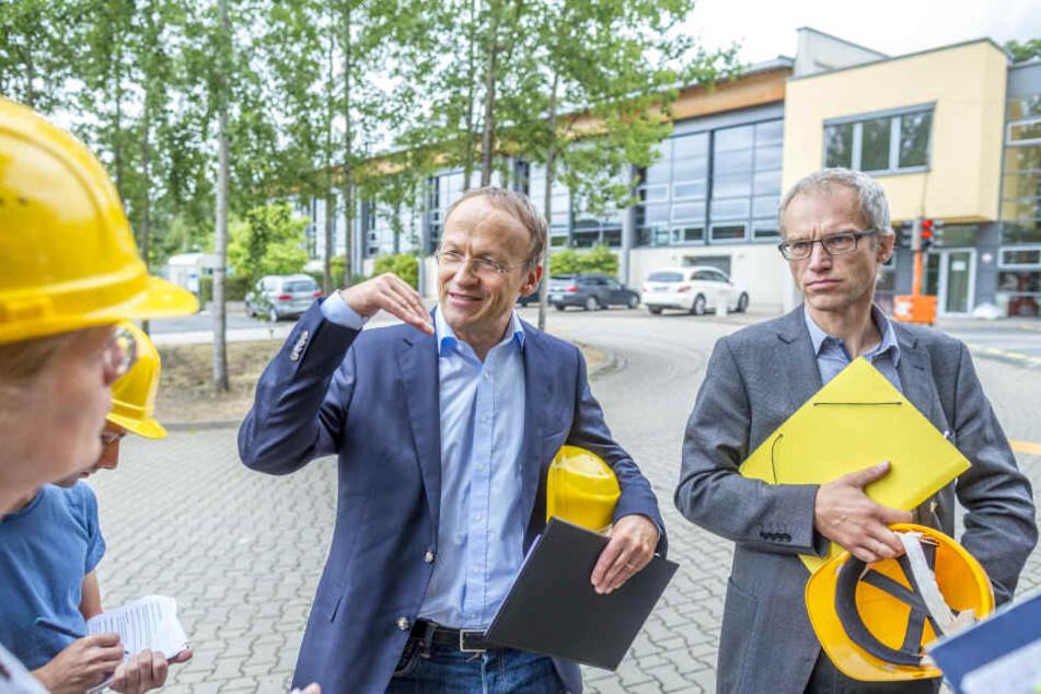 Mit dem damaligen Bildungsbürgermeister Peter Lames (54, SPD) besuchte Falk Schmidtgen (†54, r.) 2016 die Baustelle der 147. Grundschule an der Maxim-Gorki-Straße.