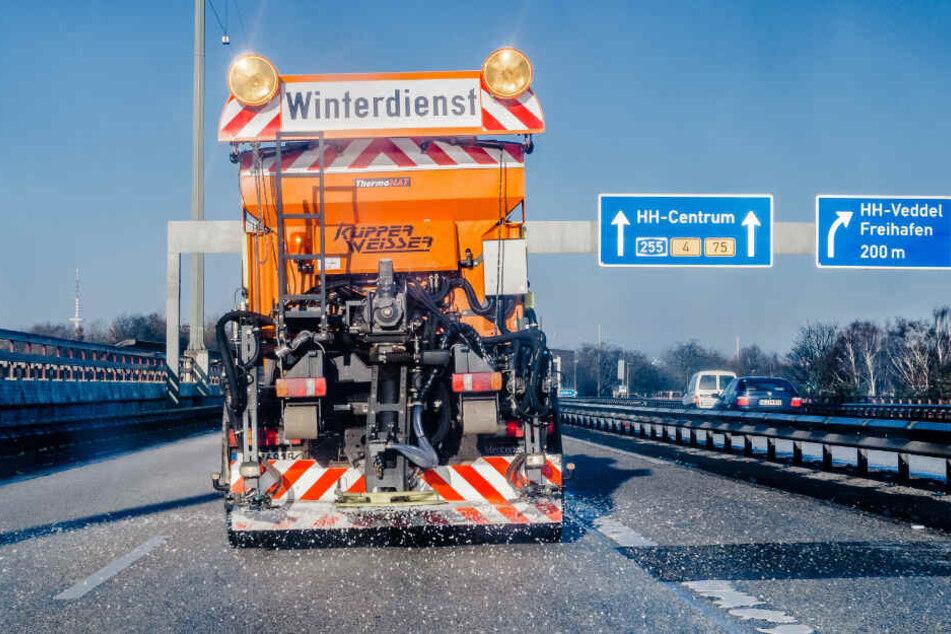 Der Winterdienst ist am Donnerstagmorgen im Einsatz. (Archivbild)