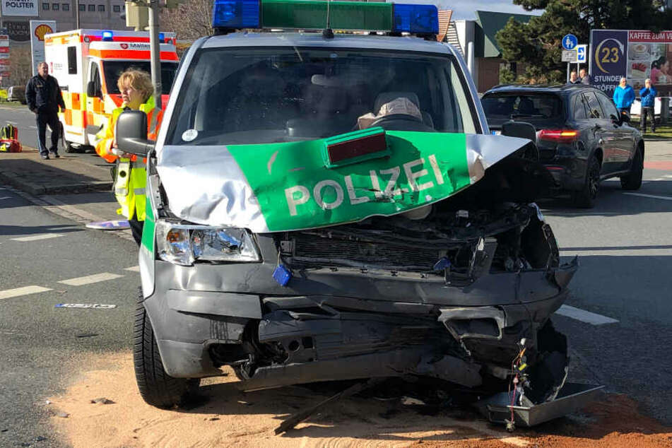 Schwerer Unfall: Polizeiauto kracht auf Kreuzung in Golf