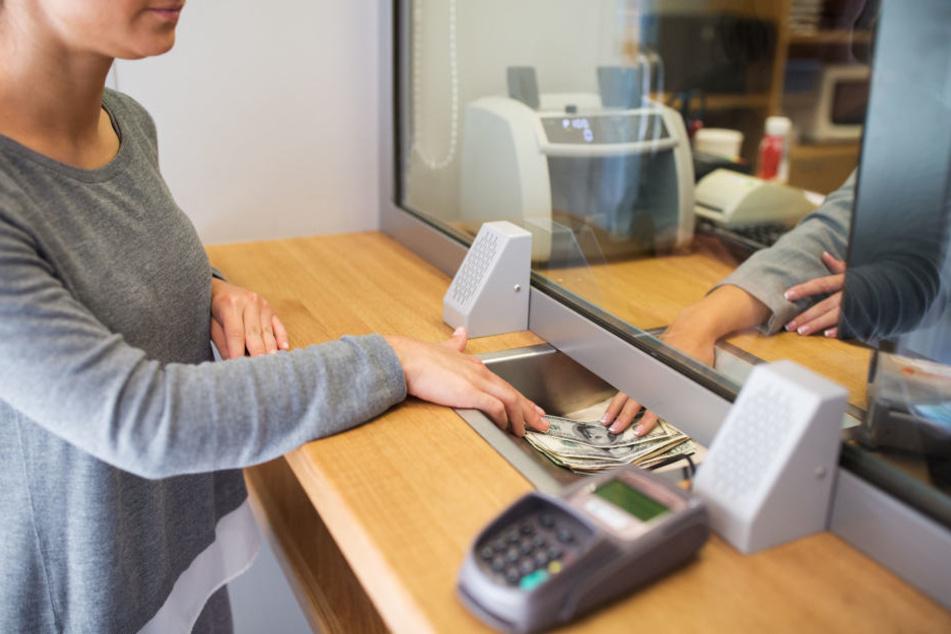 Als die Angestellte ihnen Geld wechseln wollte, schlugen zwei Diebe zu und klauten einen nicht unerheblichen Teil des Geldes. (Symbolbild)
