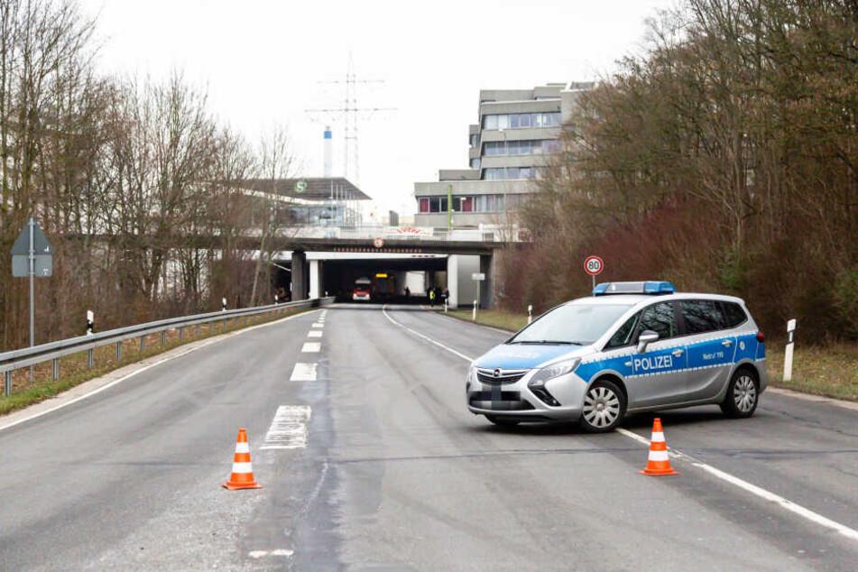 Im Zuge der Aufräumarbeiten sperrte die Polizei die Einfahrt der Unterführung.