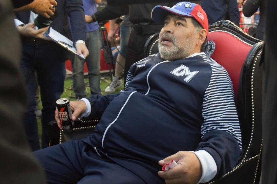 Diego Maradona (59) bekommt von einer Fußball-Mannschaft etwas geschenkt.