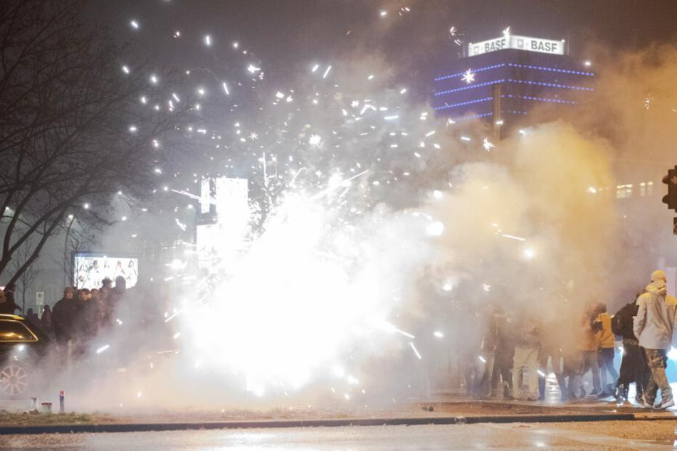 Böller und Raketen steigen auf der Straße an der Oberbaumbrücke in Berlin in die Luft.