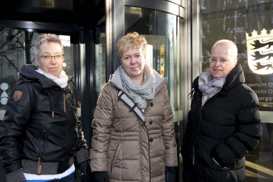 Gabriele Dietz-Paulig (M.) erscheint mit ihren Schwestern Angelica Dietz (l.) und Sabine Pucher (r.) vor dem Familiengericht.