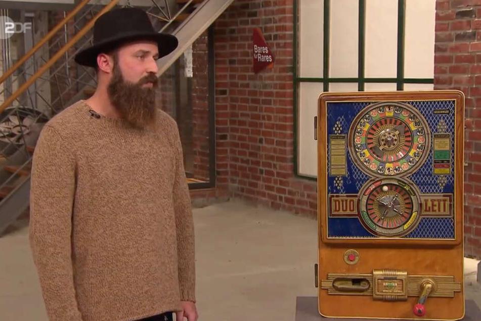 Das umkämpfte Objekt: Elvir Boloban und sein Spielautomat aus dem Jahr 1958.
