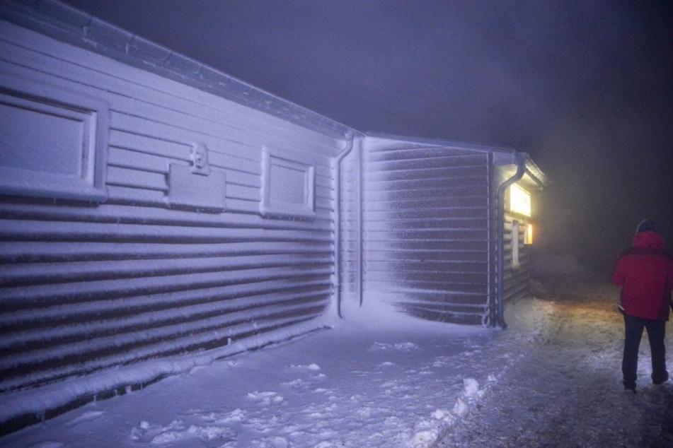 Auf dem Brocken im Harz lag in der Nacht zu Montag eine dicke Schneeschicht.