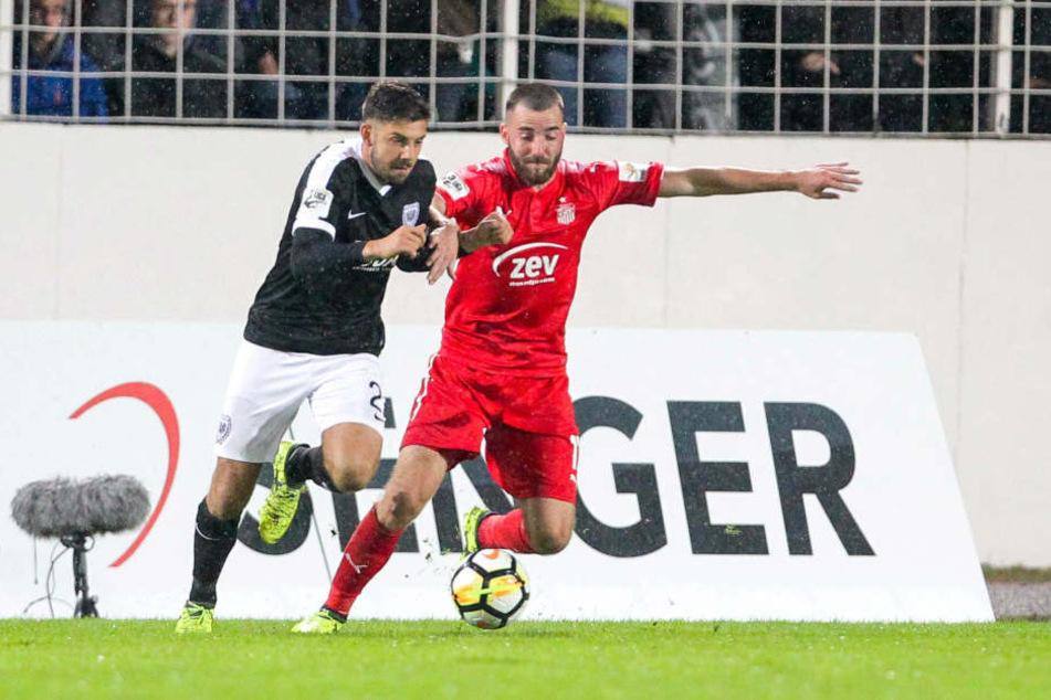 Morris Schröter (r.), der sich hier gegen den Münsteraner Stephan Tritz durchsetzt, will mit seinem FSV nun auch die Magdeburger Erfolgsserie beenden.