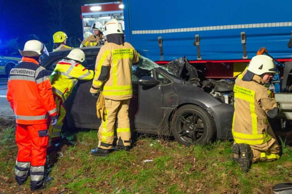 Das Unfallauto hatte sich zwischen einem Laster und der Leitplanke verkeilt.