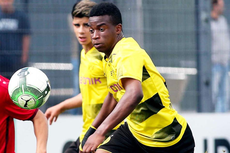 Youssoufa Moukoko darf mit den BVB-Profis mittrainieren.