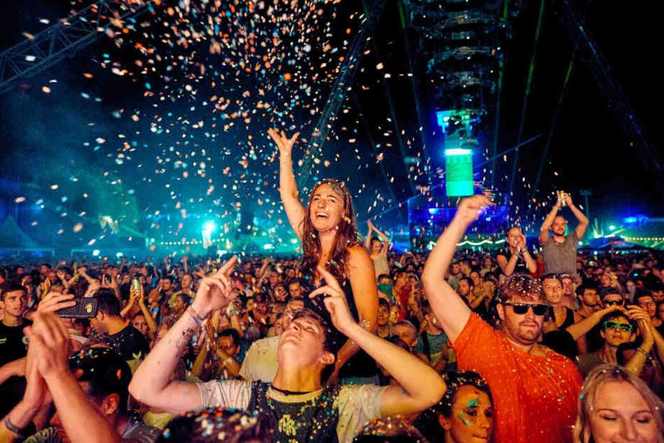 Einfach abgehen: Die Fans genießen die Stimmung auf dem Festival.