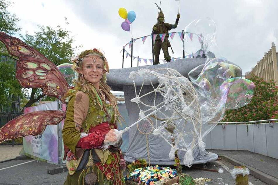 """""""Elfe Sorgenfrei"""" und """"Troll Trolly"""" ließen am Freitag vor einem riesigen Zylinder Seifenblasen in die Luft steigen."""