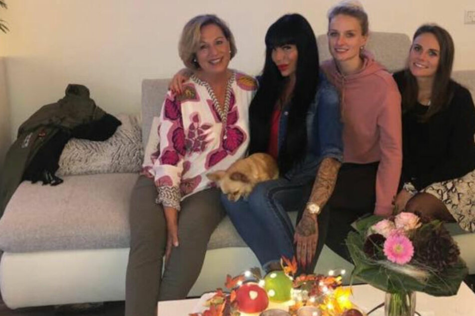 So brav feiert Gina-Lisa mit ihren Schwestern Mamas Geburtstag