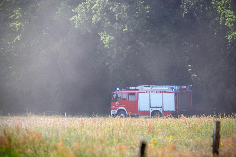 Ein Feuerwehrauto fährt zu einer der Absturzstellen in der Nähe von Nossentiner Hütte.