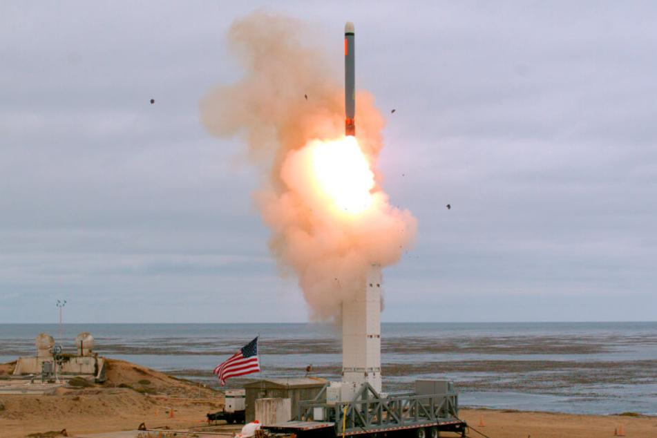 Das vom US-Verteidigungsministerium zur Verfügung gestellte Foto zeigt den Start einer Marschflugkörper auf die Insel San Nicolas vor der Küste Kaliforniens. Dieser Test wäre unter dem INF-Vertrag verboten gewesen (Archivbild).