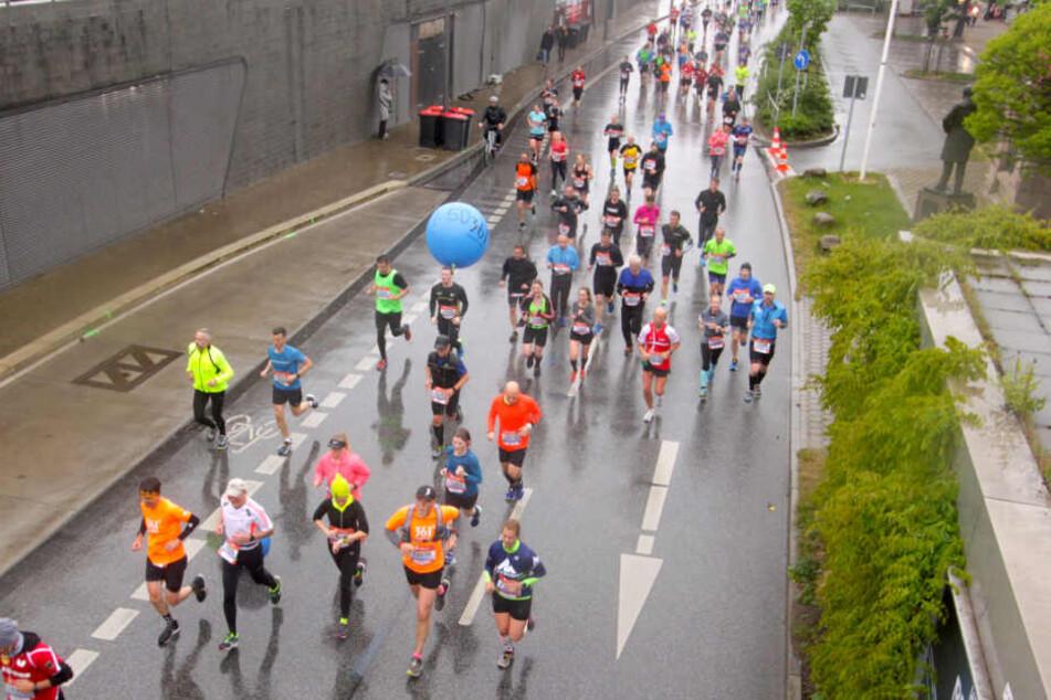 Die Teilnehmer des Halbmarathons laufen auf dem Streckenabschnitt an den Hamburger Landungsbrücken entlang.
