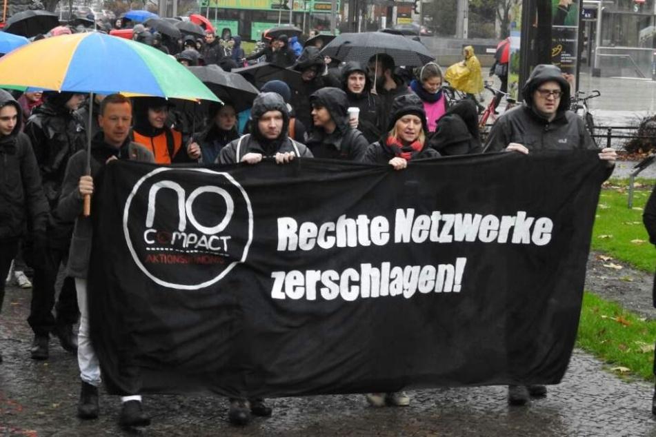 Auch Sören Pellmann von der Leipziger Linke (40,ganz rechts) befindet sich unter den Demonstranten.