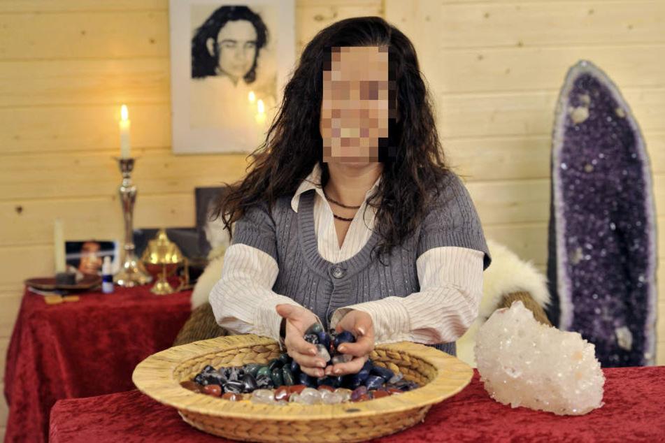 """Eine Heilerin bei ihrer """"Arbeit"""". In Aalen hat eine solche eine Mutter um 20.000 Euro betrogen. (Symbolbild)"""