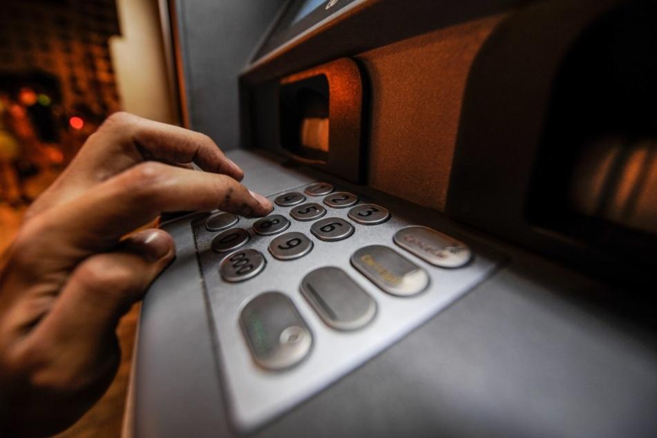 Geldabhebe kann gefährlich sein. (Symbolbild)