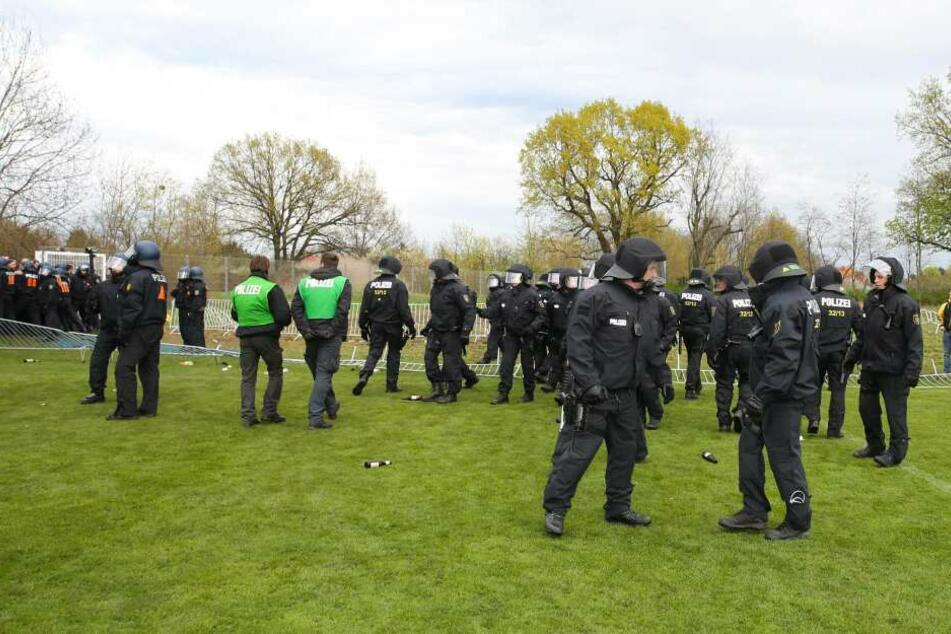 Die Polizei in Magdeburg auf dem Rasen vor dem Stadion.