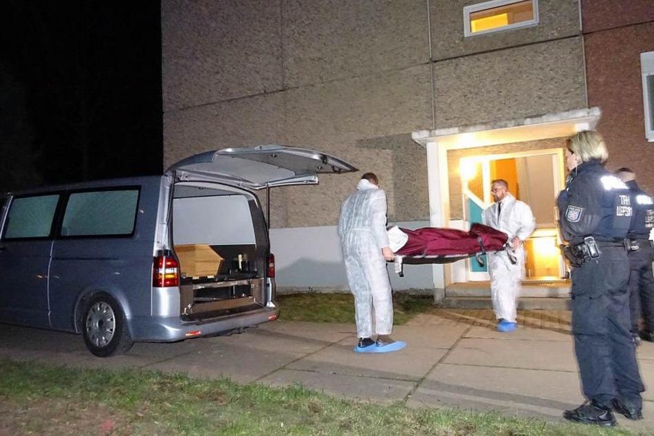 Die Leichen wurden von der Polizei aus der Wohnungen gebracht.