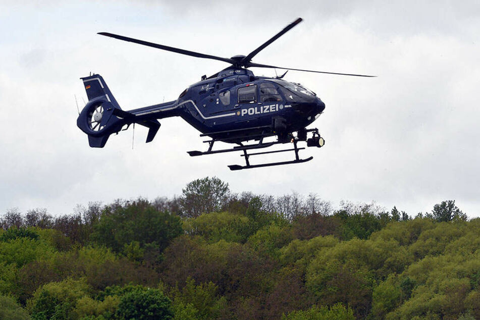 Die Polizei versucht aus der Luft sich ein Bild von der näheren Umgebung des Tatortes zu machen.