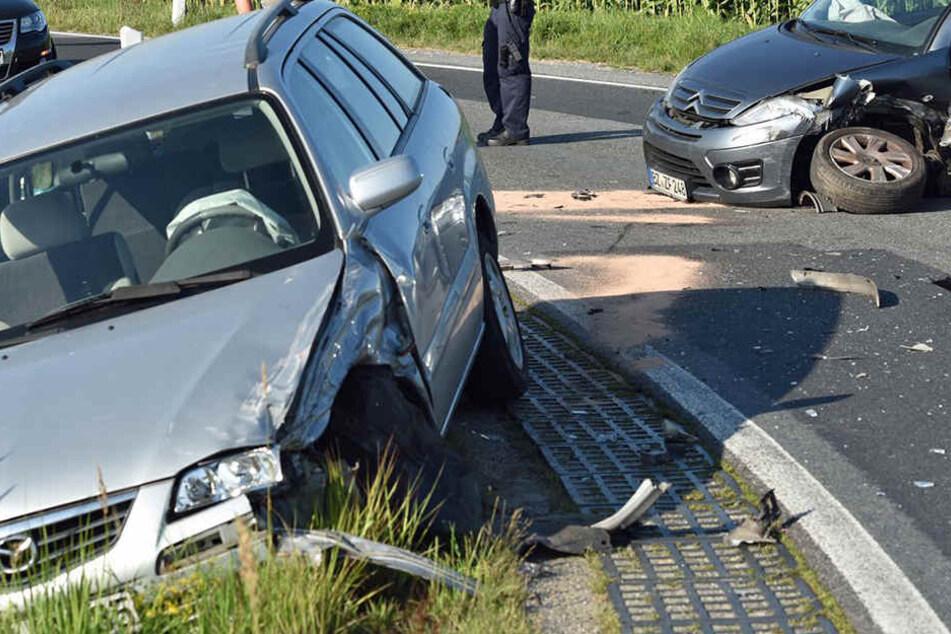 Durch die Wucht des Zusammenstoßes verloren sowohl der Citroën als auch der Mazda einen Reifen.