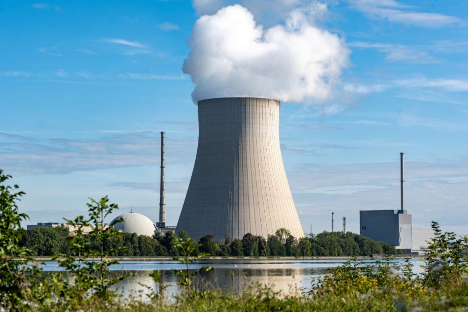Die Atomkraftwerke (AKW) Isar 1 (r.) und Isar 2 mit dem Kühlturm in der Mitte. Das AKW Isar 2 soll Ende 2022 endgültig vom Netz gehen, Isar 1 wird bereits seit 2017 zurückgebaut.