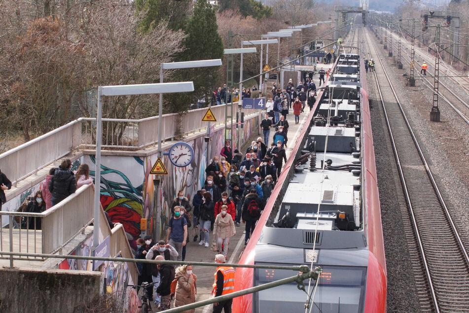Die Bahnstrecke ist zunächst gesperrt worden.