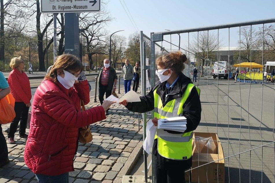 Von der Stadt wurden Masken verteilt.