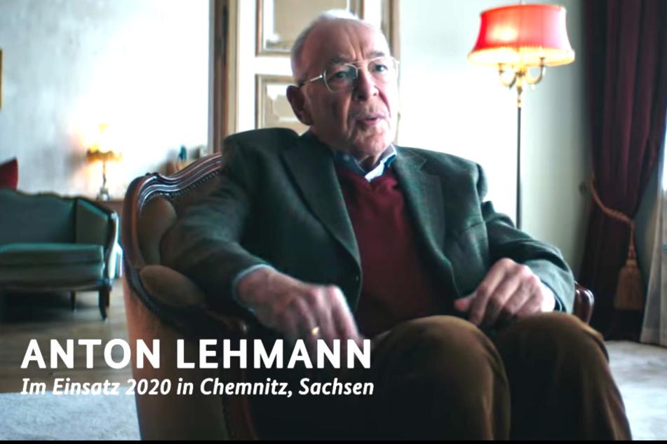 Ein Rentner namens Anton Lehmann aus Chemnitz erinnert sich in dem Video, wie er als junger Mann den Winter 2020 auf dem Sofa verbracht hat.