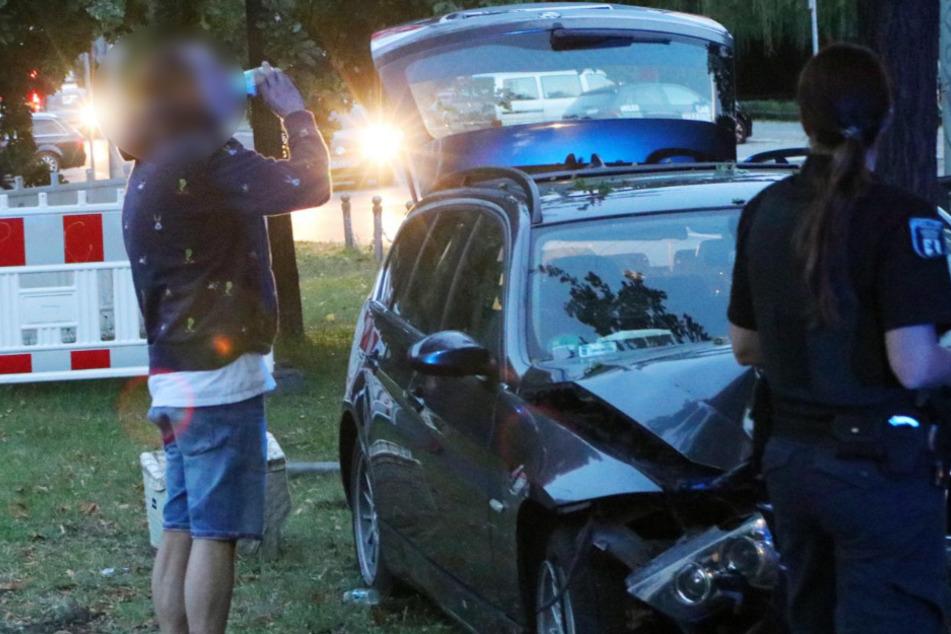 Der Fahrer betrachtet den Schaden und trinkt aus der Bacardi-Dose.