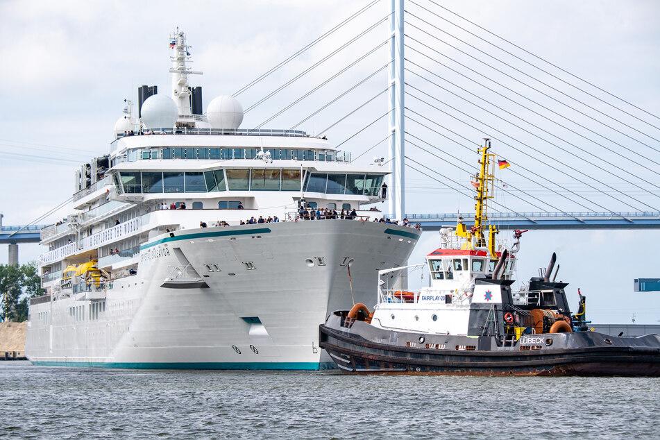 """Das in Stralsund gebaute Expeditions-Kreuzfahrtschiff """"Crystal Endeavor"""" fährt vom Ausrüstungskai der Werft zur Jungfernfahrt."""