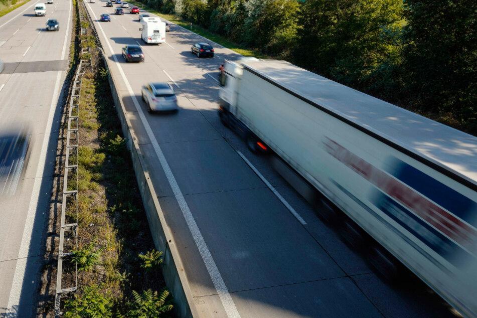 Lastwagen prallt auf A5 gegen Leitplanke: 200 Liter Diesel ausgelaufen
