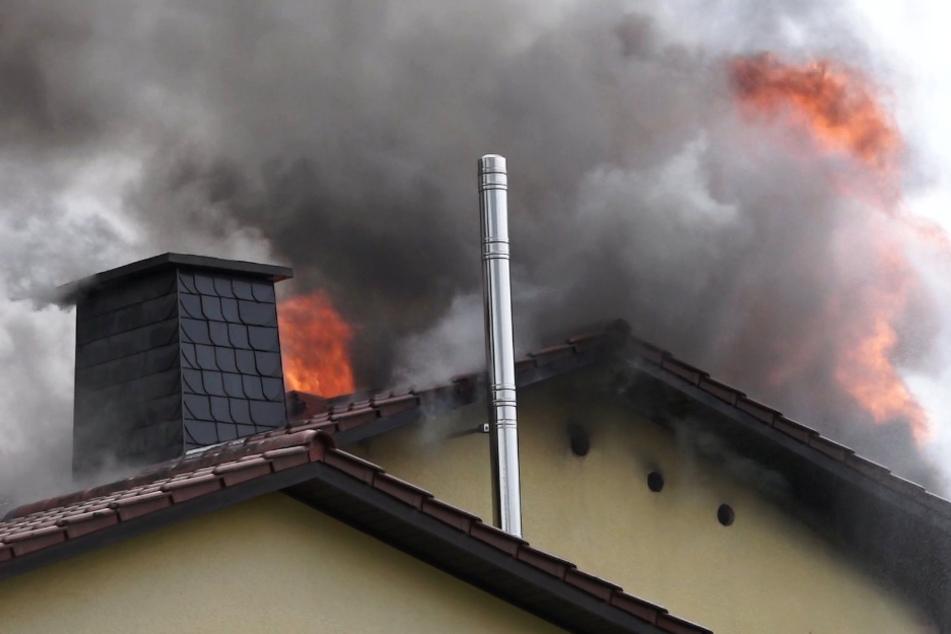 Tödliches Flammen-Inferno: Feuerwehr findet Frauenleiche